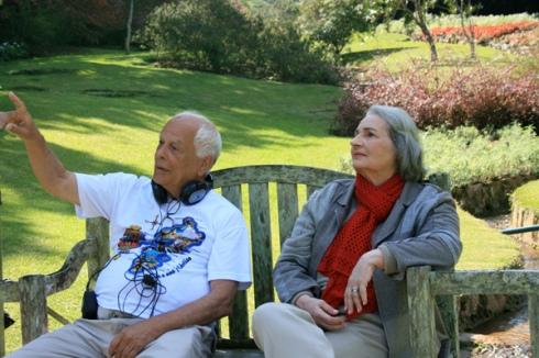 O cineasta Nelson Pereira dos Santos orienta Tereza sobre as filmagens