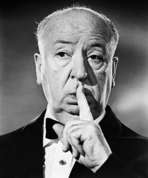 Hitchcock pedindo silêncio.