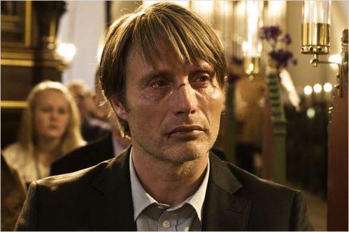No papel de Lucas, o ator Mads Mikkelsen, premiado em Cannes 2012