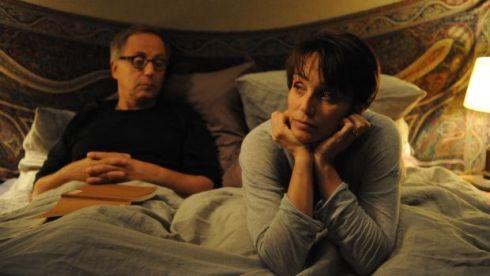 O prof. Germain (Luchini) e a esposa (Kristin Scott Thomas) em momento íntimo.
