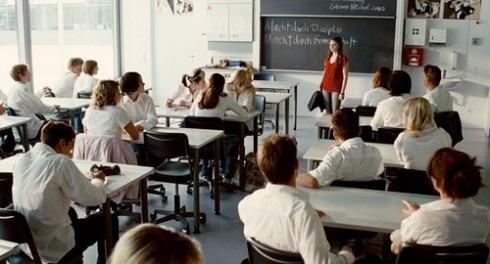 Todos de uniforme branco, menos a aluna dissidente