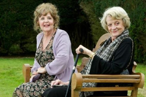 Pauline Collins e Maggie Smith em cena do filme