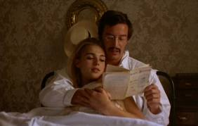 O casal de fugitivos lendo sobre o seu desaparecimento, no jornal