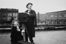 A filha pequena dos inventores ajuda no trabalho de filmagem