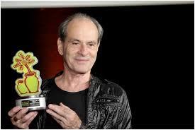 Ney Matogrosso, recebendo o troféu Aruanda, em João Pessoa.