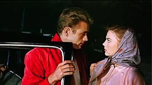 """James Dean e Natalie Wood em cena de """"Juventude Transviada"""""""