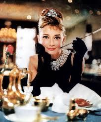 """Audrey Hepburn fumando de piteira no cartaz de """"Bonequinha de Luxo"""""""