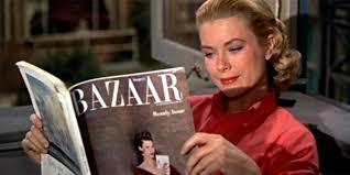 """Lisa lê a revista de moda enquanto o namorado cochila: """"Janela Indiscreta"""""""
