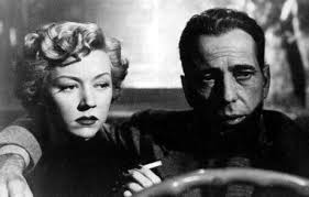 Gloria Grahame e Humphrey Bogart em cena do filme