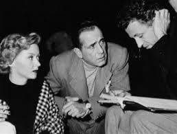 """Grahame, Bogart e Ray no set de filmagens de """"No silêncio da noite"""""""
