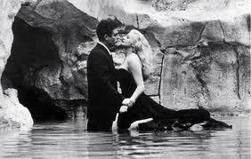 A cena Fontana di Trevi no filme de Fellini.