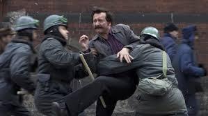 Cena do filme: as repetidas prisões.