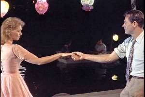 A famosa cena da dança às margens do rio.