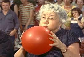 Dona Potts, a vizinha que acolhe o forasteiro Hal.