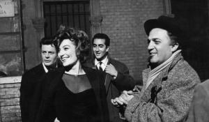 Anouk Aimée, Mastroianni e Fellini, durante as filmagens.