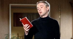"""Oskar Werner, o policial lendo, em """"Farenheit 451""""."""