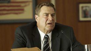 John Goodman como o produtor Frank King.