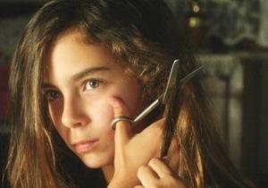 Lale, a menor e mais rebelde, cortando os cabelos.