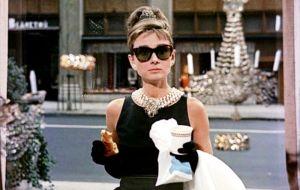 """Audrey nas calçadas do Tiffany´s em """"Bonequinha de luxo"""" (1961."""