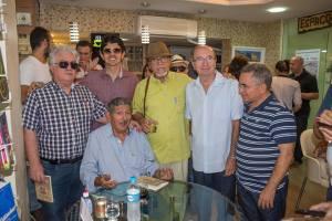 """No lançamento de """"Café Alvear"""", com o autor e amigos."""
