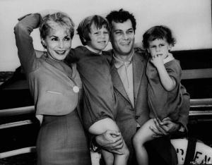 Tony Curtis e Janet Leigh com as filhas, uma delas a futura atriz Jamie Lee-Curtis.