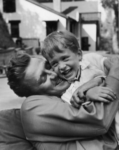 Kirk Douglas abraça Michael, em 1949.