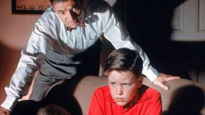 "Christopher Olsen em ""Delírios de loucura"", 1956, com James Mason."