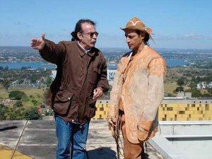 """Dirigindo Luis Carlos Vasconcelos na filmagem de """"Romance do vaqueiro voador"""""""