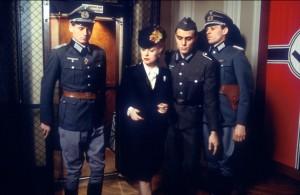 A polícia nazista nos bastidores do Teatro.