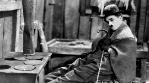 """Charles Chaplin em cena de """"Em busca do ouro""""."""