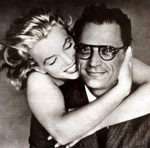 O dramaturgo americano Arthur Miller, aqui visto com a então esposa Marilyn Monroe.